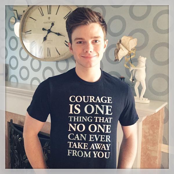 Chris a reçu son t-shirt et veut nous le montrer trop chou