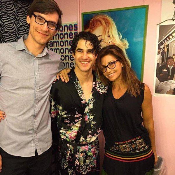 Dans les coulisses avec Gina Gershon (La maman de Blaine) et son neveu Sam plus Harry :)