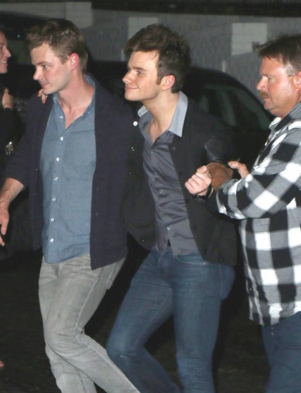 Chris quittant le Chateau Marmont dans le West Hollywood. (Apparemment, il n'a pas l'air de vraiment tenir l'alcool hihi)