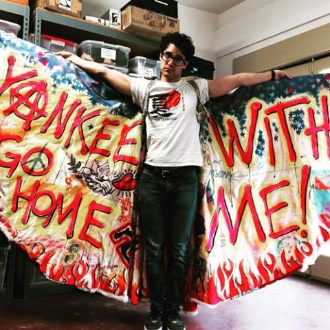Darren pose avec la cape du film Hedwig and the Angry Inch.:)