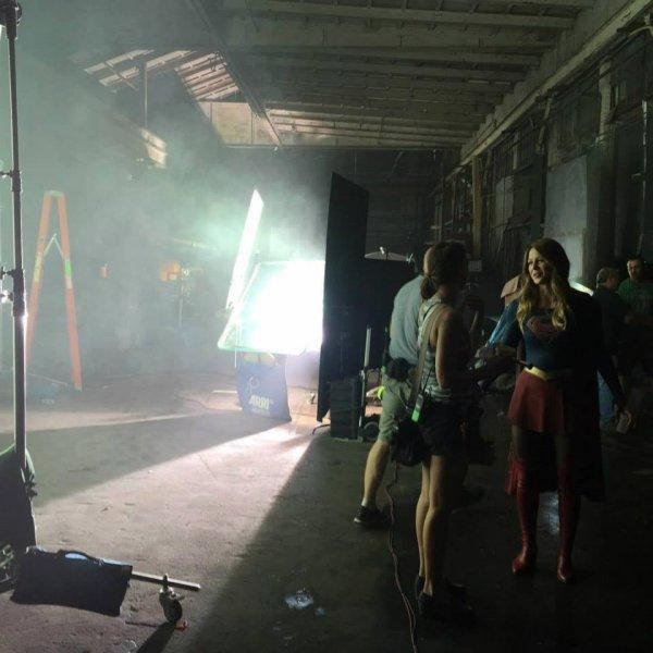 Melissa sur le tournage de Supergirl
