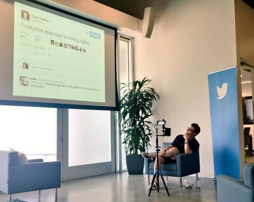 Chris devant son premier tweet Des journées productives mènent à des nuits ennuyeuses