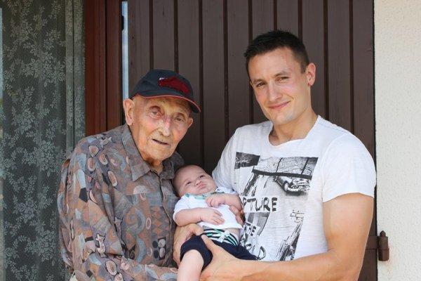 mon papa bientot  98 ans avec son petit fils et  son arrière petit fils il est heureux! passez un bon week end bisoussssssssssssss