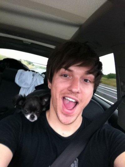 Quentin en voiture avec Paulette :) Merci pour la photo mon chou (l) vous êtes trop mignon tout les deux (l)
