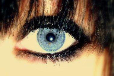 les yeux d' une femme sont la porte d' accés à son coeur