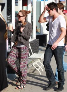Fin Février 2011 , Joshua & Miley + Nick chantant Before the Storm.