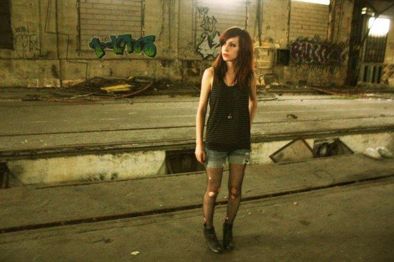 Une putain de l'Est, abandonnée sur un quai de Gare. ~