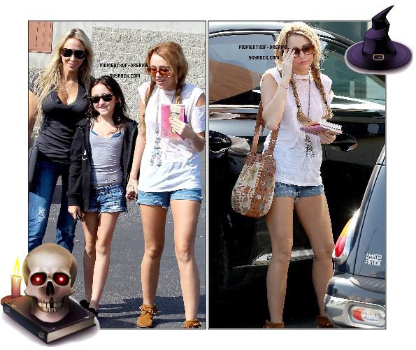 12.10.2010. Miley s'est rendue en compagnie de sa petite soeur Noah et de sa mère Tish chez Paty's pour prendre un petit déjeuner. Miley est ensuite allez voir un paparazzi pour lui demander d'areter de la filmer. J'aime bien sa tenue, mais ce qui me choque le plus c'est sa petite soeur Noah, qui a à peine 10ans, a déjà le soutif qui dépasse ! :O.Ton avis ?   13.10.2010. Miley à Toluka Lake. Elle se rendait dans un local dédié aux sans-abris pour y faire la donation de 10 sacs de vêtements aux plus démunis. J'adore sa tenue, mais, je vais sans doute me répéter mais sa m'énerve de voir tout le temps ce collier ! Ton avis ?