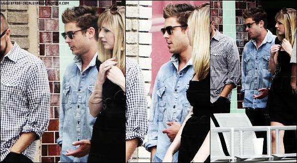 18 Avril  2011  : Vêtu d'une très belle tenue en jean .  Zac a été vu  Avec des amis sortant d'un restau dans Hollywood