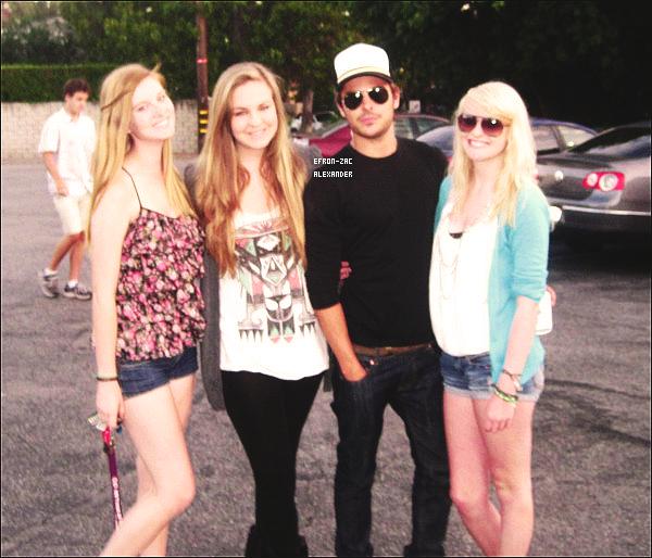 01er Juillet 2011 :  Zac a posé avec des fans dans les rues de Los Angeles. *0* Gosh Trop SEXY !