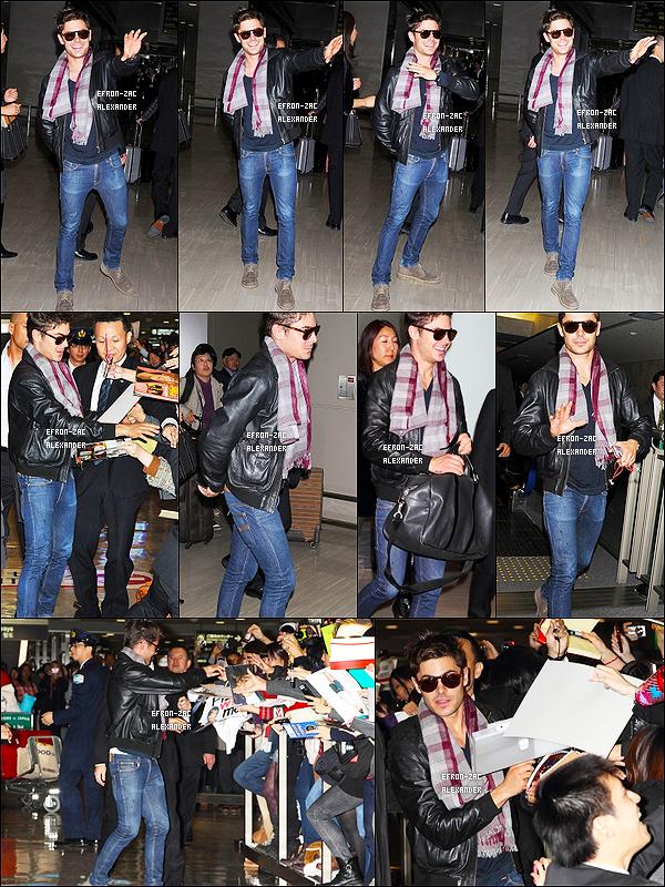 12/12/2011 : Sous la pluie , Zac Efron a été vu arrivant à L'aéroport de Lax pour un Vol . Top ou Flop ?  Toujours en rapport avec la Promo de New Year Eve , sorti au Usa y'a une semaine. Zac continu la promo! hate de voir des photos !