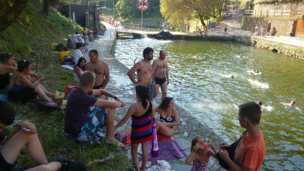 Moment de détente à la piscine naturelle