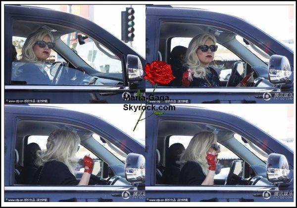 Lady Gaga repérée dans une voiture à Los Angeles.