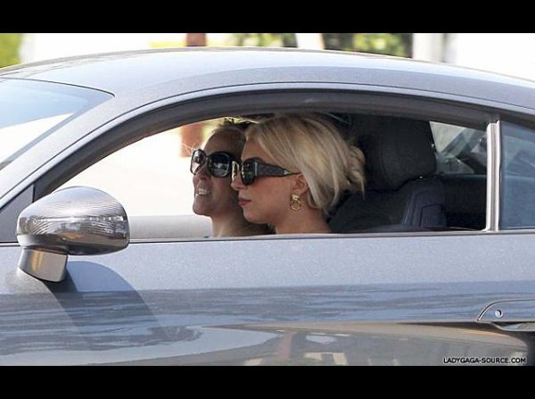 Lady Gaga repérée au volant d'une Audi à Beverly Hils .