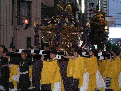 10 et 16Juin (une année sur 2) :  Sanno matsuri ~ défilé de costumes anciens