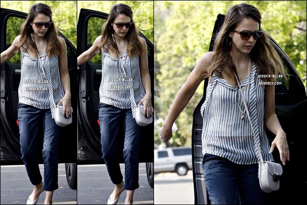 .  29/04/2012 : Jessica a été photographier fessant quelques course avec ses enfantsdans Hollywood. .