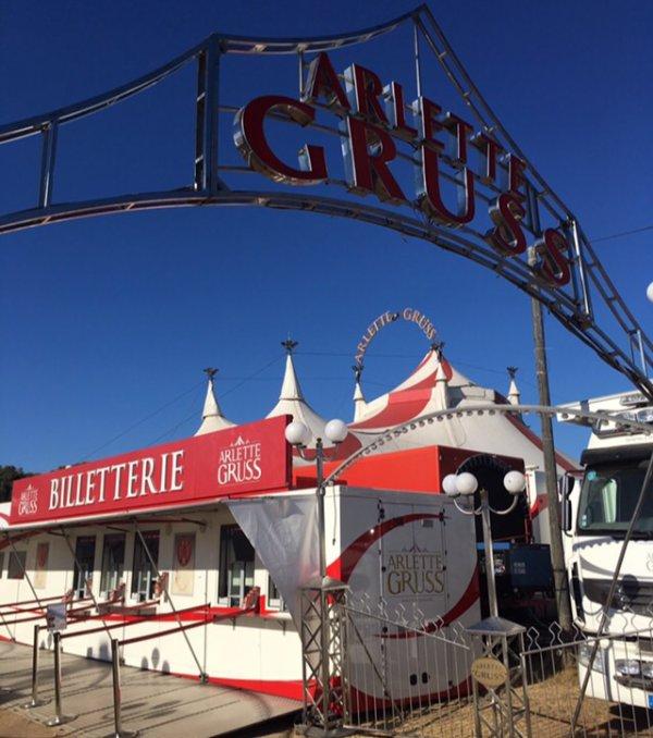 Grand reportage sur le cirque Arlette Gruss, Partie 2 : La Facade du Cirque !