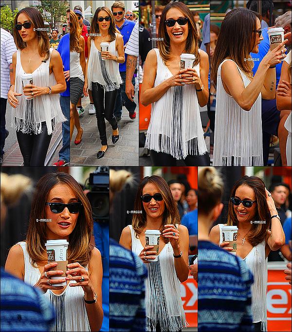 19/10/12 : Maggie avec un café en main, s'est rendue à l'émission « Extra » qui se déroulait à Los Angeles.
