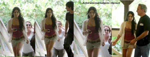 """3O Octobre    ActuVanessaHudgens  """" Le tournage de Journey 2 : The Mysterious Island continue pour Vanessa qui a été vue prenant une pause sur le tournage d'une scène (sûrement la même que la dernière fois vu sa tenue) (29/10) à Hawaii."""""""