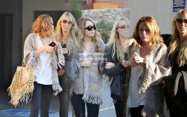 Mil' News  Miley en sortie avec sa mère dans un salon de beauté