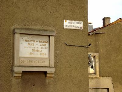 plaque indiquant, la route ou passa le 113ème régiment d'infanterie Francaise a Signeulx  en aout 1914