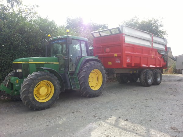 JD 6910 et remorque Demarest 16T