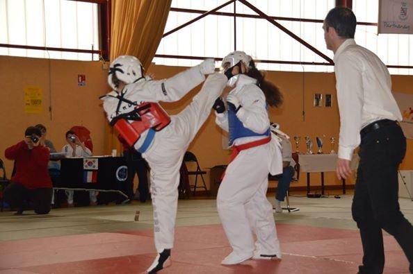 Taekwondo Compette de combat champion régional