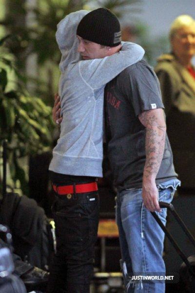 Justin a été photographié avant hier , arrivant à l'aéroport International de Vancouver, avec Kenny. Biebs a été accueilli par son père, des retrouvailles très touchantes