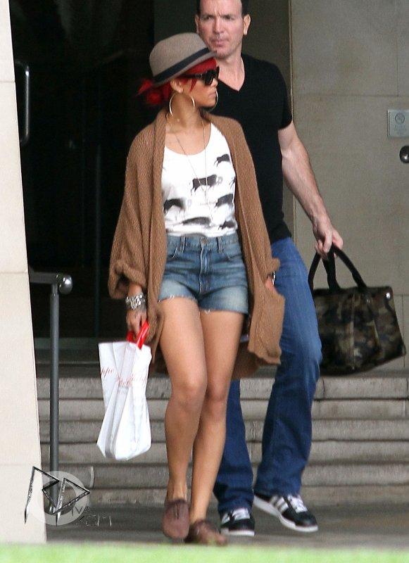 15 Octobre Rihanna a été aperçue hier dans la matinée quittant son hôtel à Los Angeles.