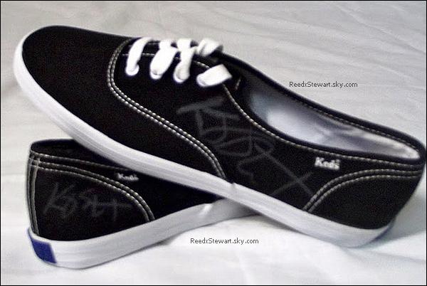 """.  Kristen a signé un paire de chaussures """" Keds"""", dont elle a fait don pour une association  Les chaussure ont été mis au enchère sur Ebay, l'enchère s'est terminée  à 1 577.51 dollars soit 1 109 euros le 8 Aout ! Les fond sont remis vers l'association Shoe Revolt !   ."""