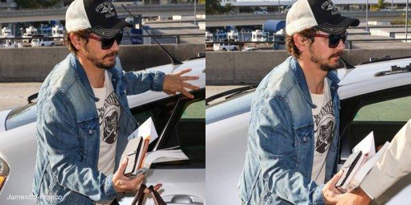 - James a été vu à l'Aéroport de L.A en direction de Londres. Et c'est un James tout beau que l'on retrouve à l'aéroport de L.A. James va à  Londres afin de préparer son exposition. -
