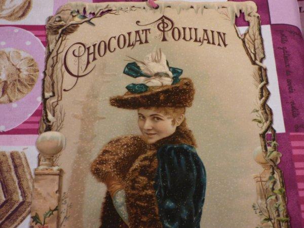 2 EME  CHROMOS GEANTES  CHOCOLAT POULAIN DATANT  DE 1896  MESURANT  CHACUNE  DE 33  CMS   X   18  CMS