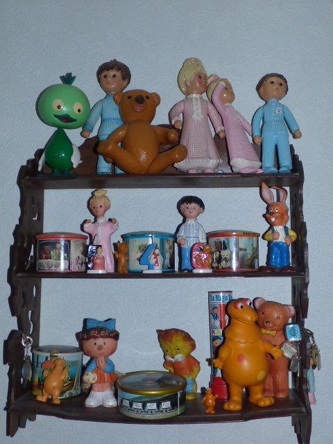 allez je vous fais rentrer dans ma piece a collections tout si cotoyent les poupees  l ortf  poulain  et les jouets anciens