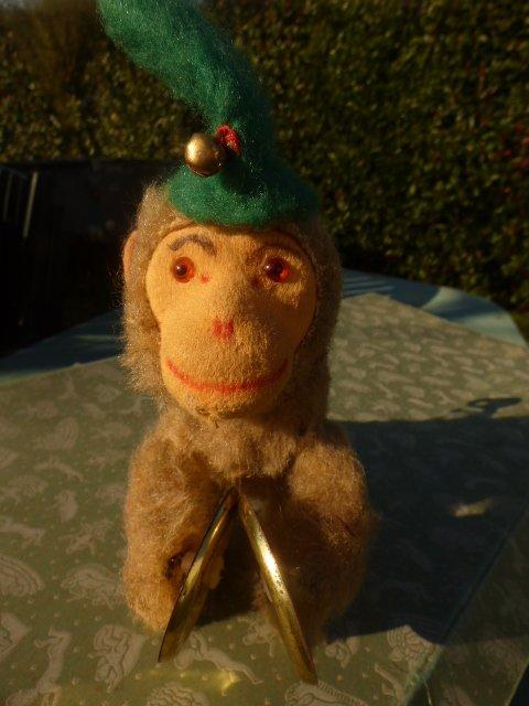 voici ce que j ai acheter chez notre amie j avais le meme etant petite fille juste que celui de mon enfance avez un bonnet rouge