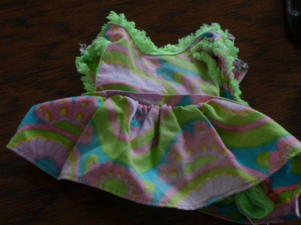 Robe a identifier pression metal peint  vert meme couleur que la robe gégé????elle appartenait d apres la vendeuse a une poupee de couleur