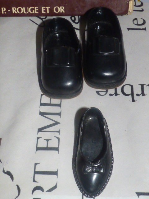 autre paire de chaussures  en haut  trouver ce week end  a quelle poupee vont elles???
