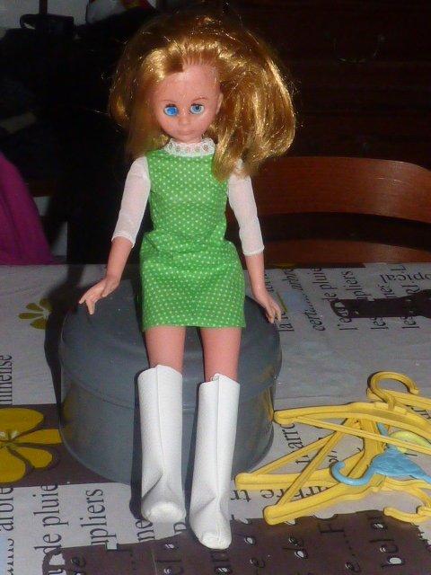 1 poupee inconnue avec des bottes trop grande pour elle peu etre  dolly????pour les bottes mais cette belle qui es t elle????
