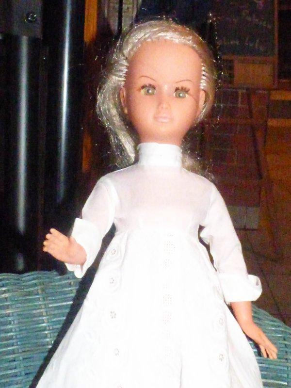 1 robe de mariee a Dolly  du moins je pense,,????