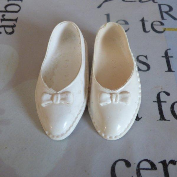 cadeau d une amie Merci 1 paire de chaussures blanche a noeud pour cathie