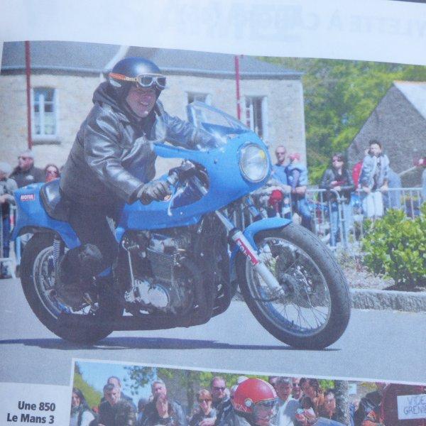 Quelle surprise mon Mari a acheter se revue habituelle  ...................La vie de la Moto...............Est devinez quoi il est en photo avec sa moto bleu..........................rappeller vous celle qu il avait poncer chez le carossier
