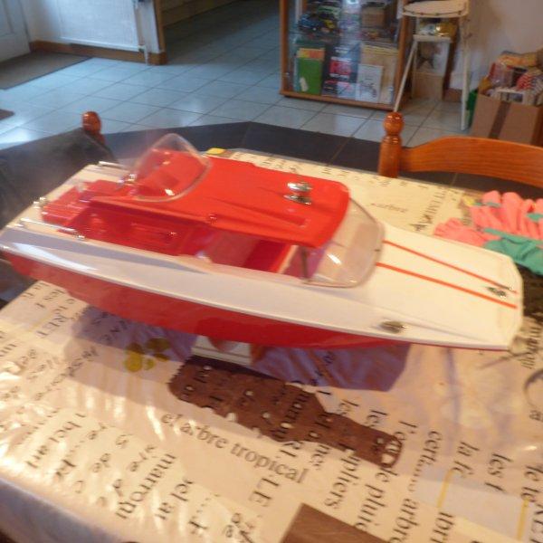 Autre trouvaille chez  Emmaus un bateau  a piles annees 60/70 jamais jouer encore dans sa boite il mesure 60 Cms