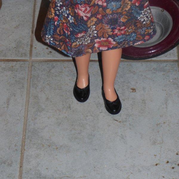 Betsie a trouver ces chaussures il me reste juste a completer  pour Cathie et il me reste a identifier la robe presion laiton qui la connais???????