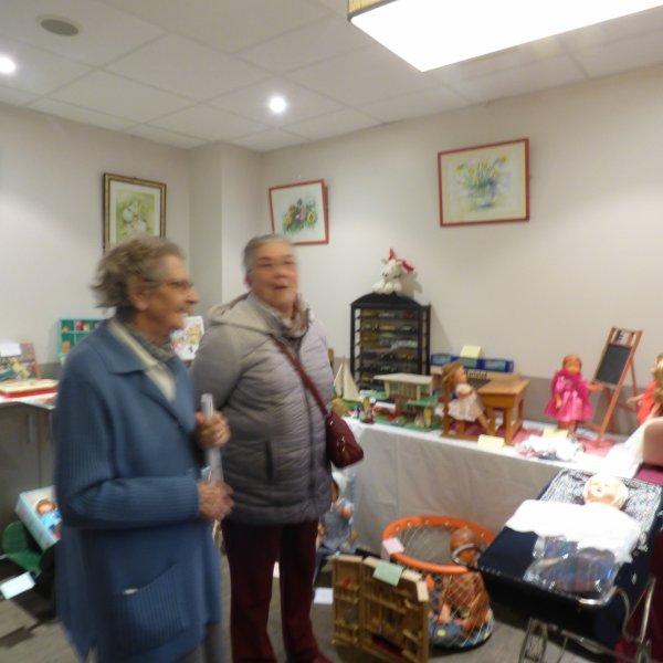 quelques photos des residents et leurs familles devant la collection qui a enormement plu du travail pour moi mais gratifiant de voirents des sourires et des etoiles dans les yeux de nos aines que du bonheur pour la bretonne