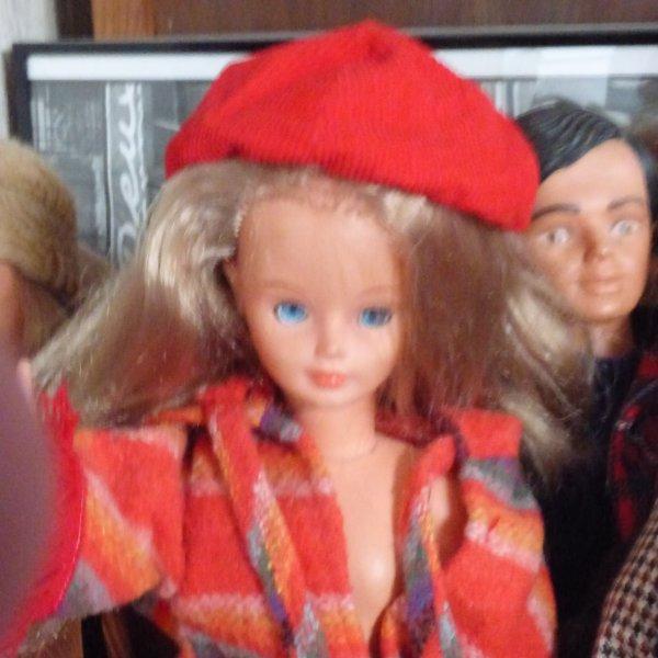 Dans le lot  1 beret j ai trouver une tenue es bien le beret Qui va avec????quelle est son nom et l annee????