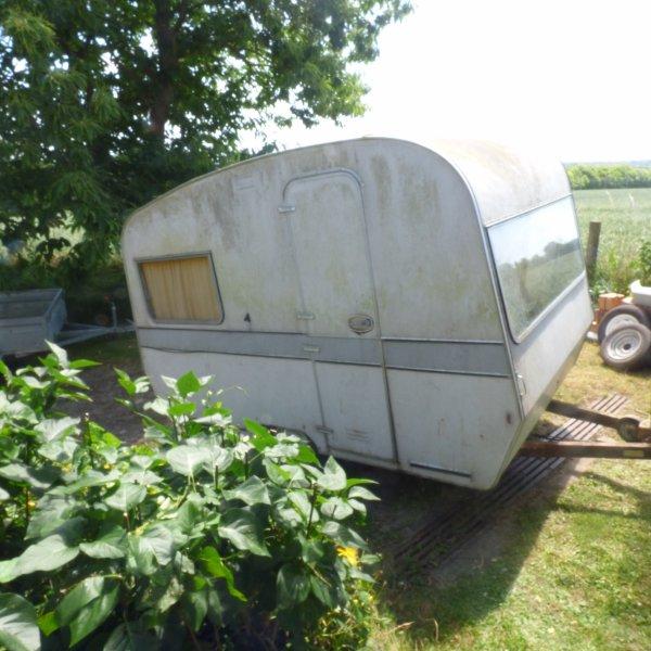 Cela fait 2 ans que mon mari l avez repere dans le fond  d un  champ  cette petite  caravane  belge des annees  70
