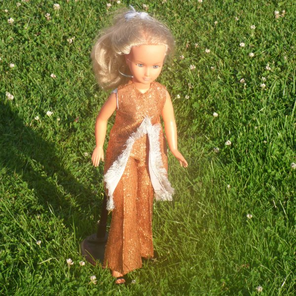 une clodette c est evadee..................Dolly avec une nouvelle tenue........Qui la connais???? ..........Elle etait dans ma Dolly en boite trouver il y a quelques annees a la braderie de lille