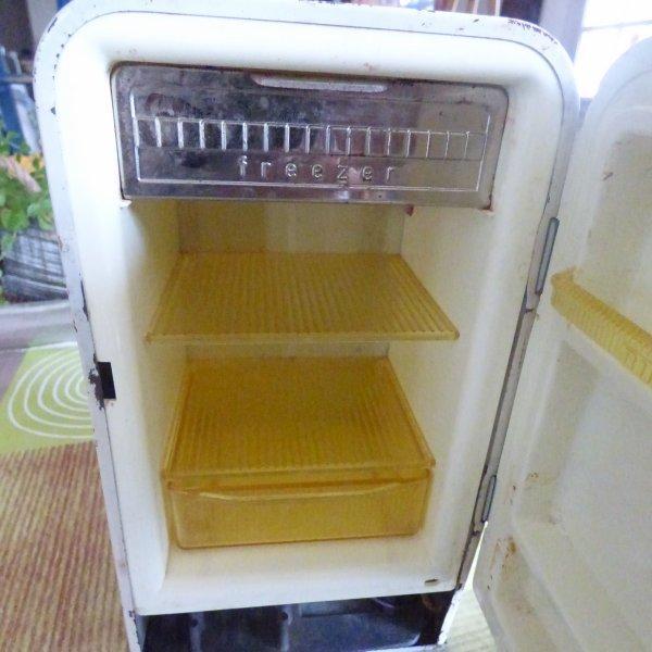 petit frigo annee 50 60 pour fran oise souvenirs. Black Bedroom Furniture Sets. Home Design Ideas