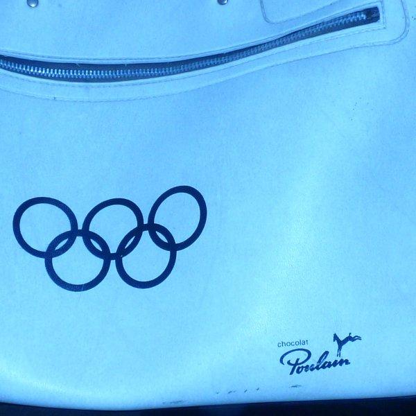 Jeux olympiques Grenoble  1968............................2  sacs athletes jeux olympiques  1968  Sponsoriser  par le chocolat poulain