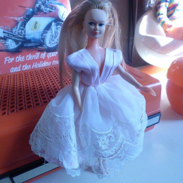 Help   je   recherche une main.........................Pour  mannequin........... Sophie de peynet.................Es sa robe d origine ????
