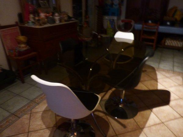 trop contente voyez le resultat table annees 70..............Les chaises ne sont pas  celles qui iront avec la table apres chaises  berthoia Knoll autour de cette table